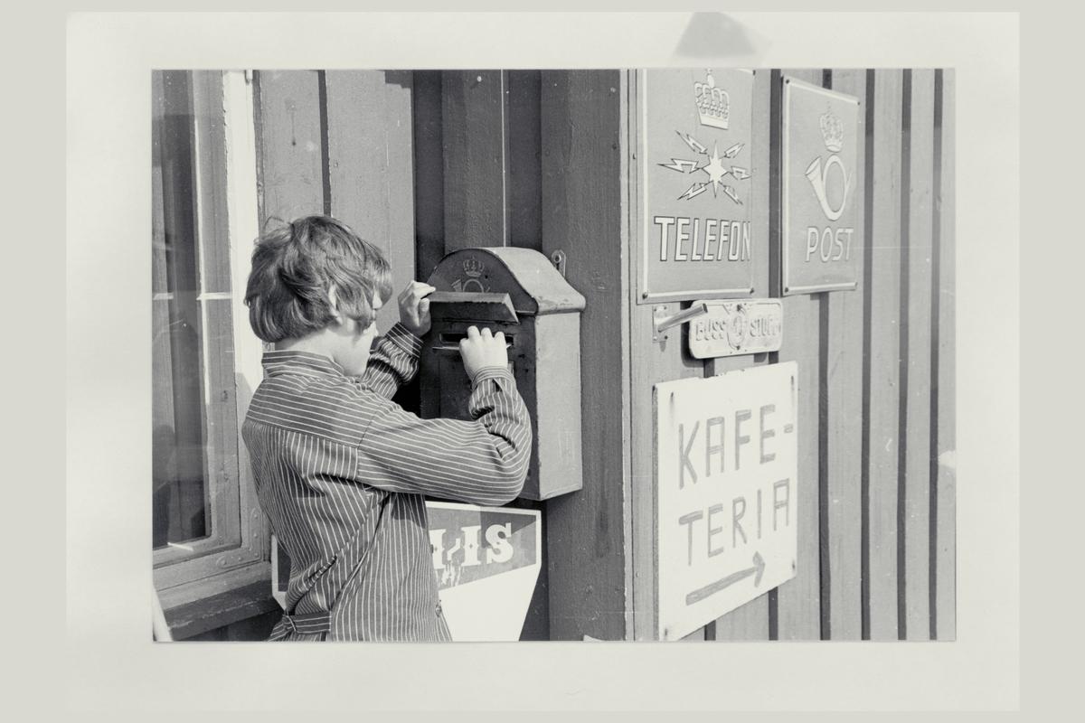 eksteriør, brevhus, 2670 Høvringen, postkasse, postskilt, telefonskilt, gutt