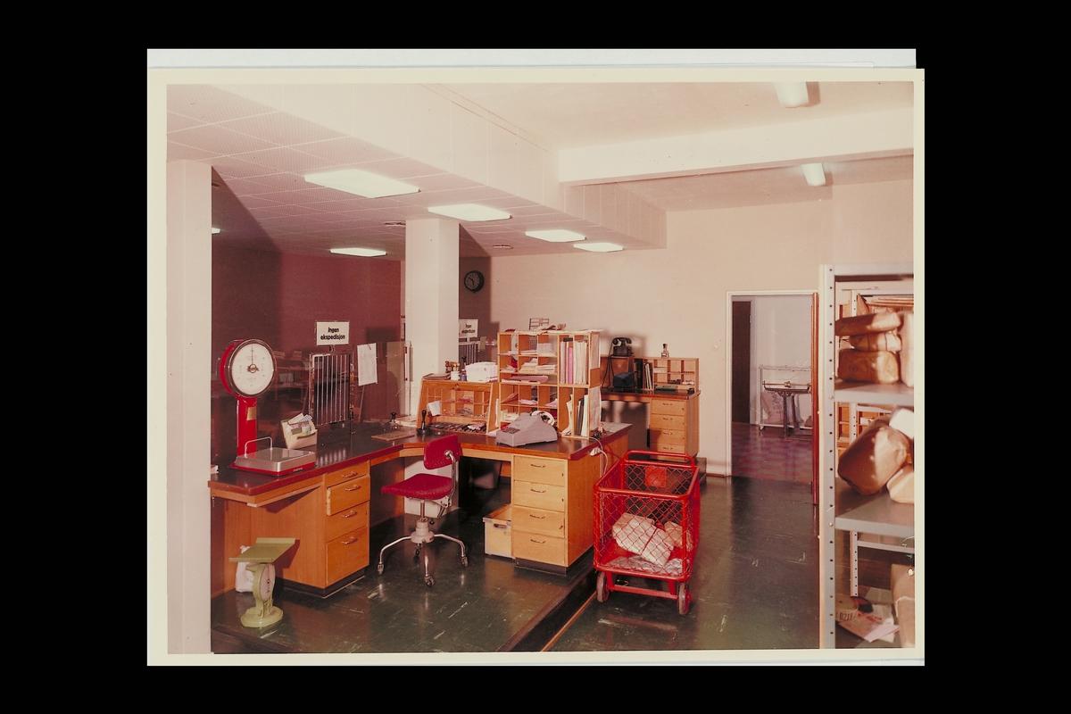 interiør, postkontor, 2150 Årnes, ekspedisjon, vekt, pakker