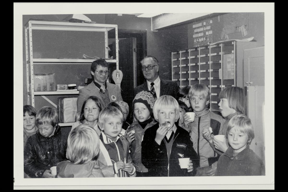 interiør, postkontor, 9710 Indre Billefjord, nye lokaler, to menn, skoleklasse