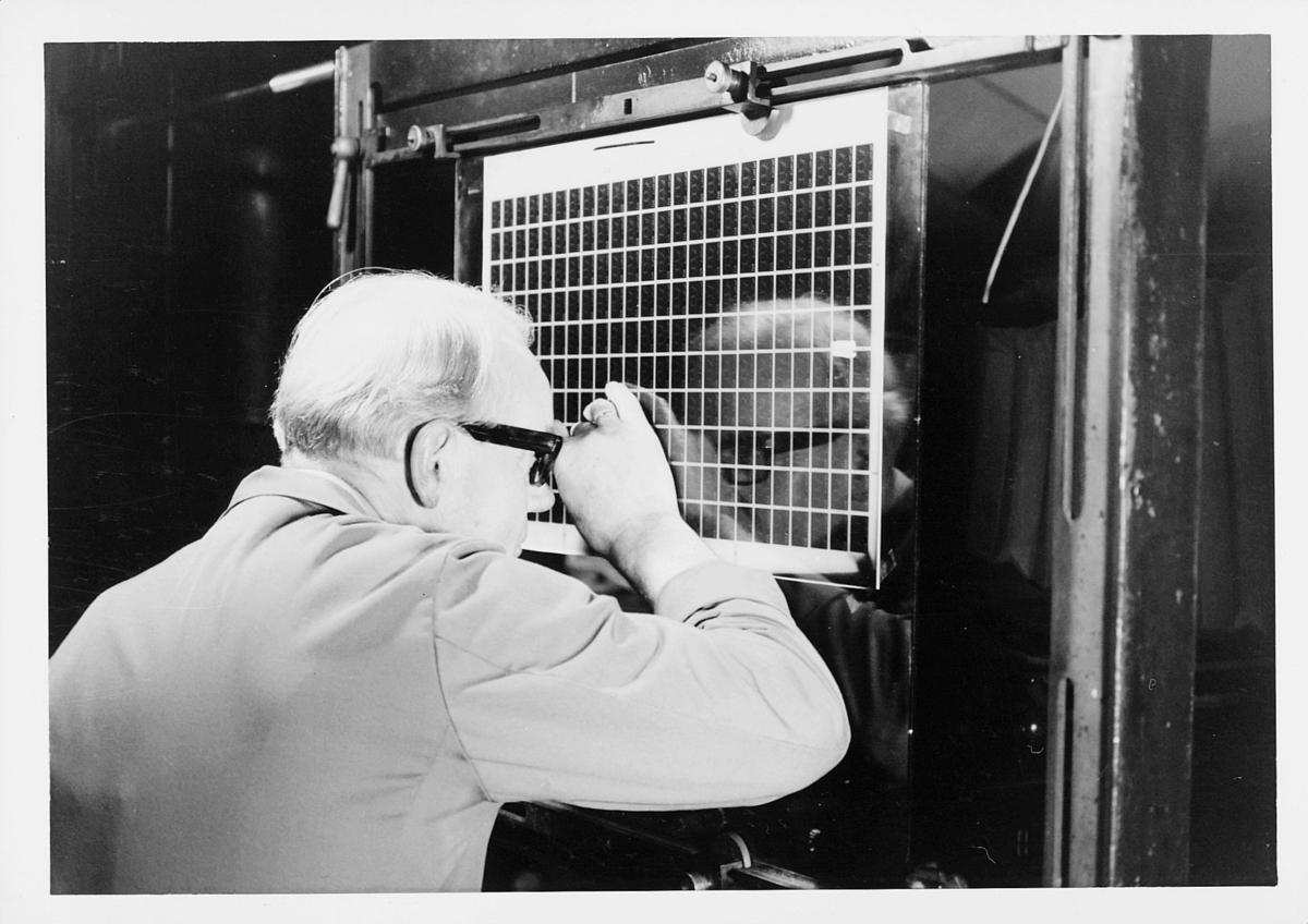 frimerketrykking, frimerkeproduksjon hos Emil Moestue A.S., dyptrykk, rasterdyptrykk, trykking av NK 696, 80 øre Glede / Ungdom og fritid, kontroll av filmen