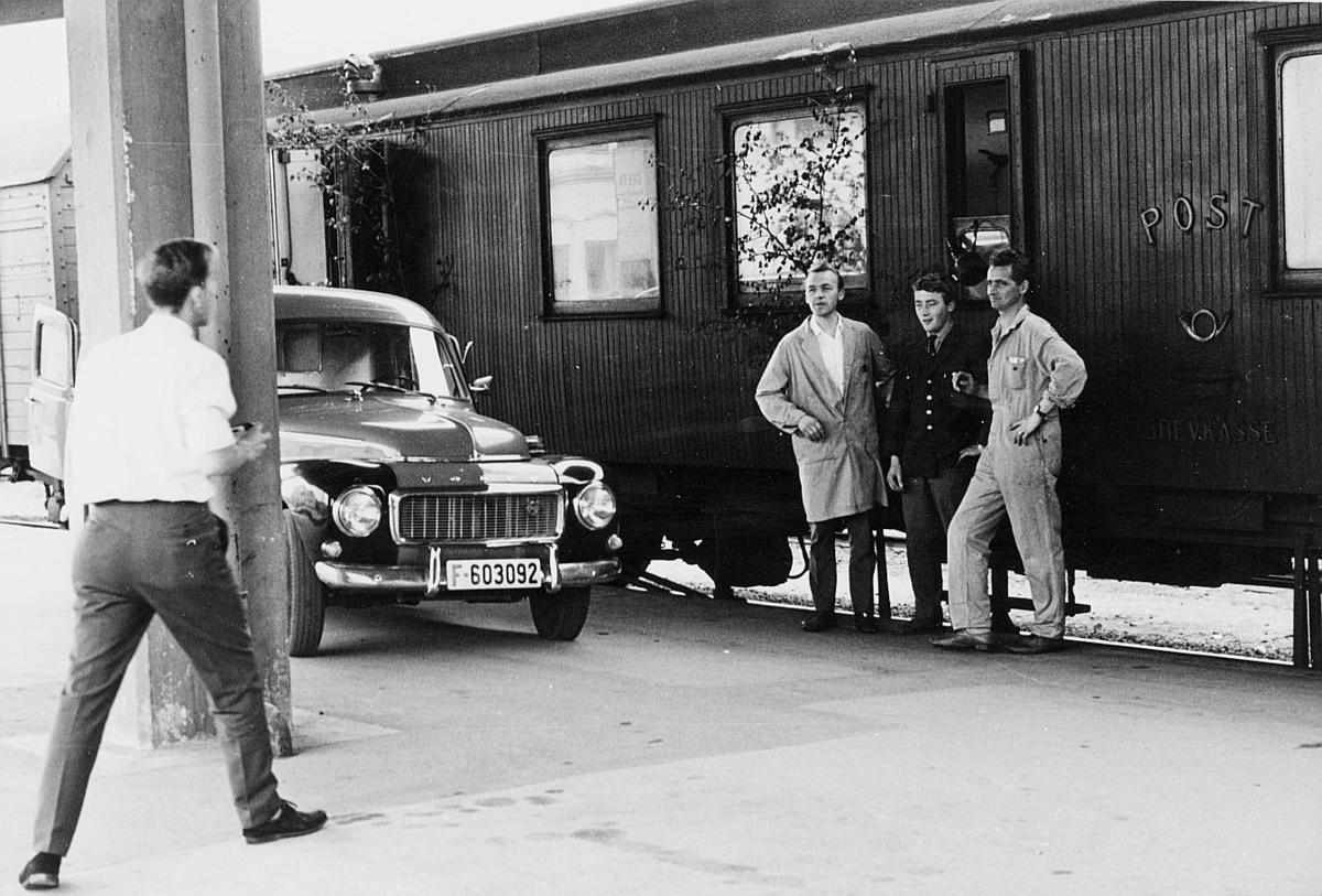 transport, tog, eksteriør, Randsfjordbanen, postekspedisjon, Drammen-Hønefoss, pakkmester Ivar Sandbakk, pakkmester Kjell Aasvangen, postsjåfør Terje Sværi, mann, bil
