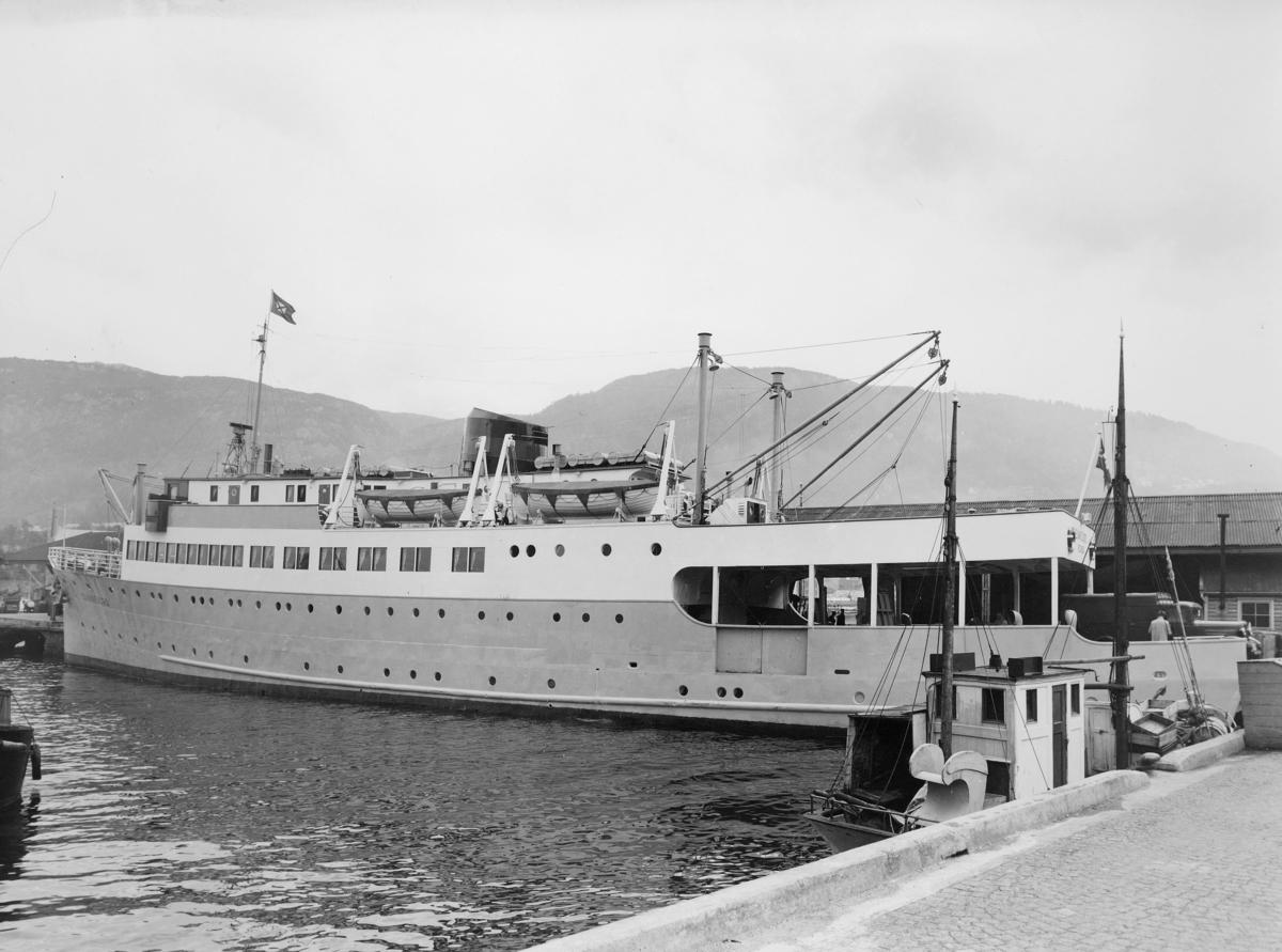 """Laste- og passasjerskip, eksteriør, M/S """"Sunnfjord"""", ved kai i Bergen."""