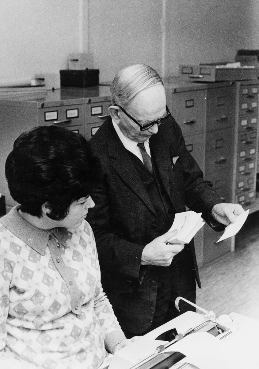 person, forfatter Anselm Pettersen, interiør, kontor, stedsnavnregister, kvinne