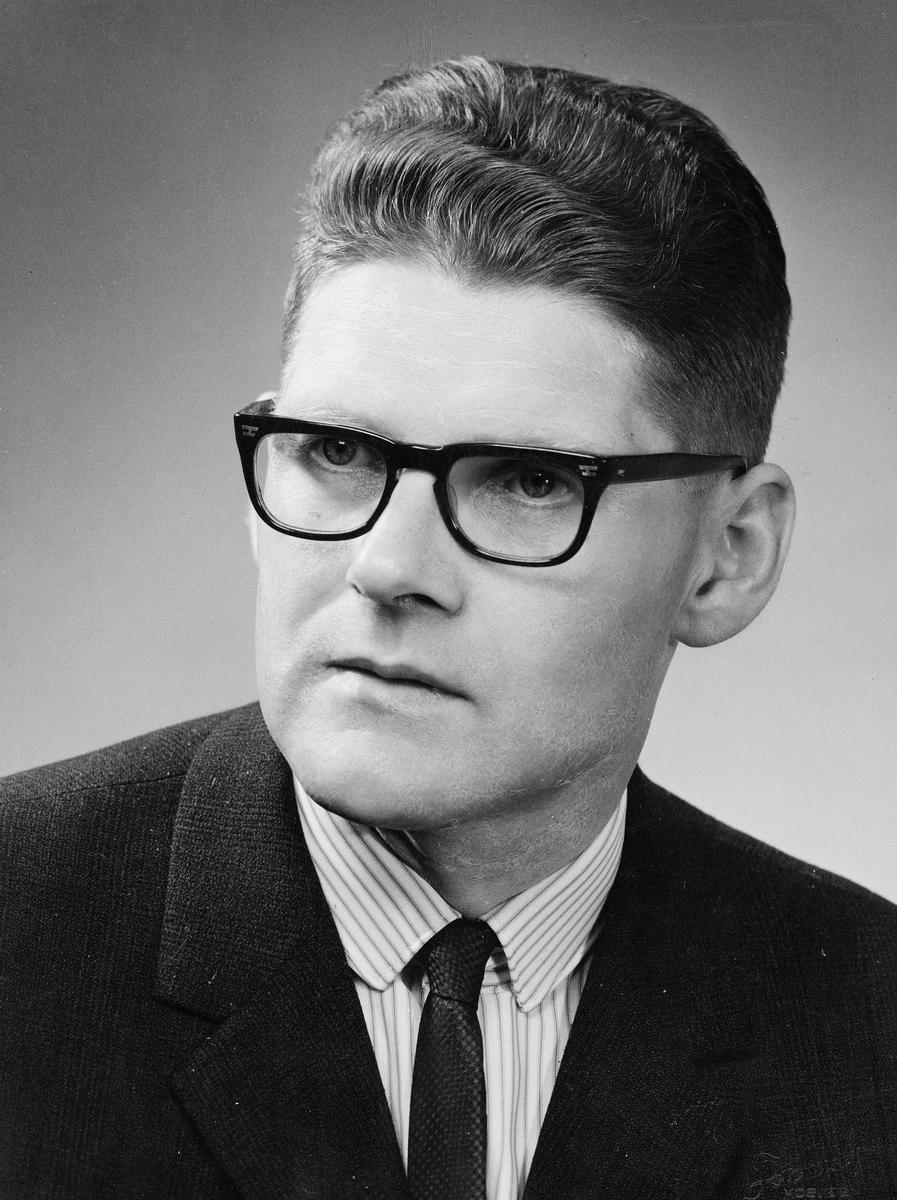 portrett,mann, postmester Kjell Johan Fåkvam