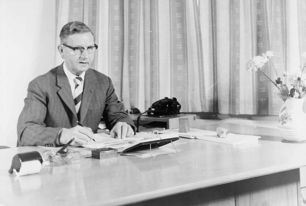 postskolen, 1 mann, kontorpult, skrivearbeid, interiør