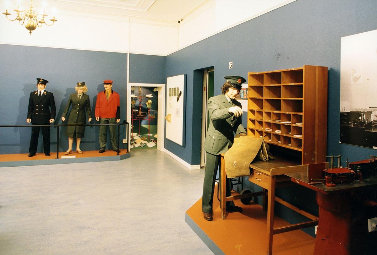 Postmuseet, Kirkeg. 20, Oslo, utstilling, posthistorisk miljø med postbud på vei ut, uniformer, motivet finnes også på CD-rom PRO1, bilde nr 28