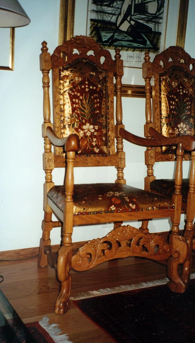 postmuseet, gjenstander, stoler,  2 høyryggete gyldenlærstoler