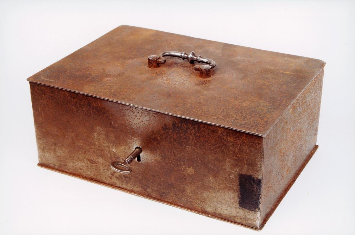postmuseet, gjenstander, skrin, skrankekasse med nøkkel og håndtak