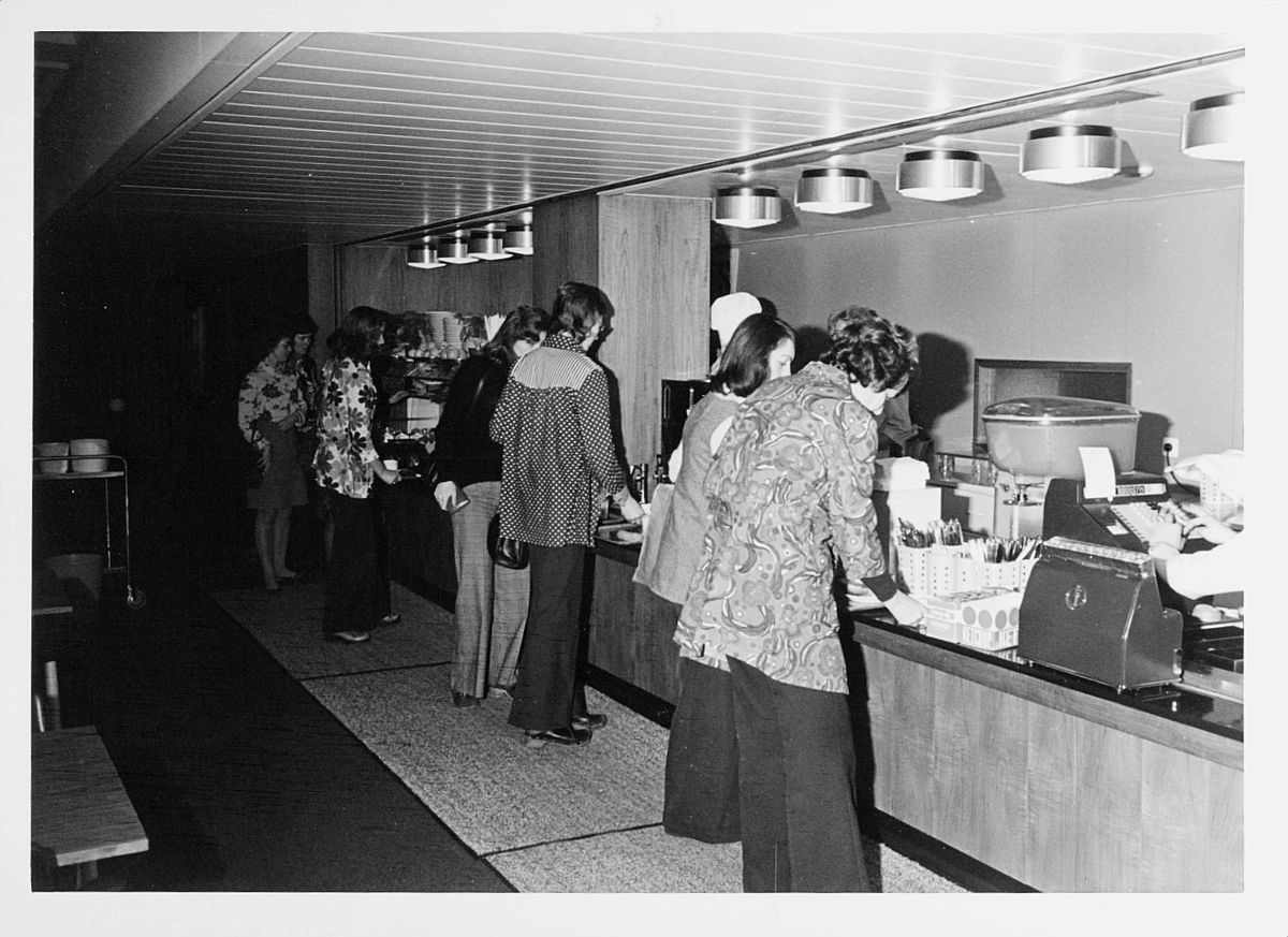 postsparebanken, Akersgata 68, Oslo, 25-års jubileum, 1975, interiør, skranke