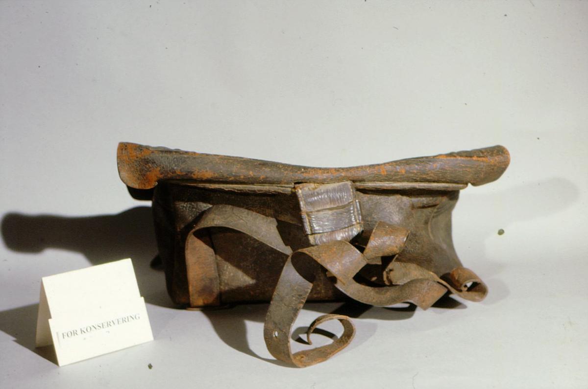 postmuseet, gjenstander, postveske, total / bakside, før konservering