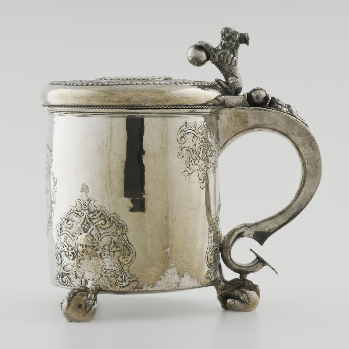 Kanne av sølv, sylindrisk med tre føtter formet som fugleklo som holder en kule. Buet håndtak som nederst ender i en skjoldformet plate og som øverst har hengsel for lokk. Lokknappen er formet som en sittende kronet løve med en kule i forlabbene. Lokket har innfelt en forgylt sølvmynt, en 2-kronemynt fra Christian 4.s tid, 1619.