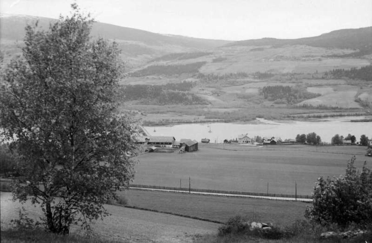 Sør-Fron. Hundorp. Hundorp gård med landhandel og hotell foran, Søre Lia bak.