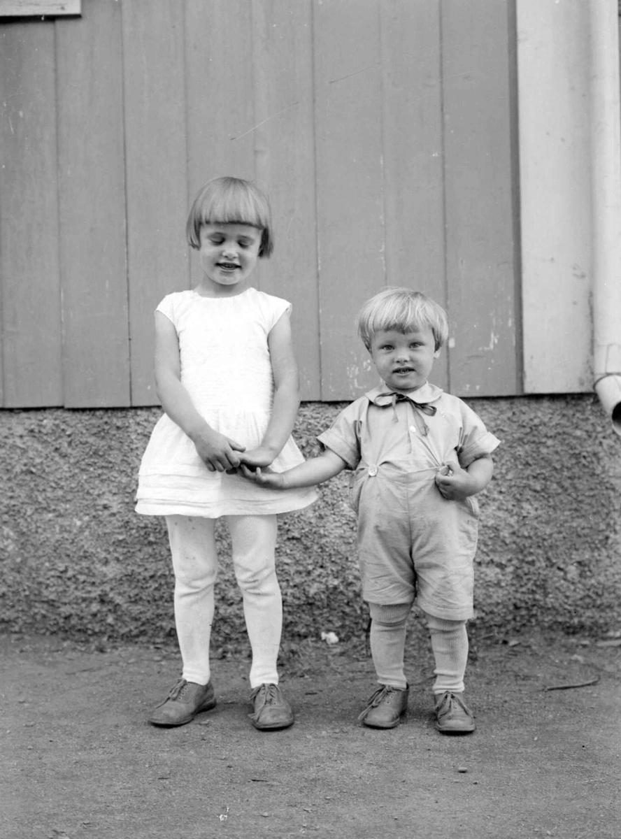 Barn, liten pike og gutt. Aase og Bjørn Engen.