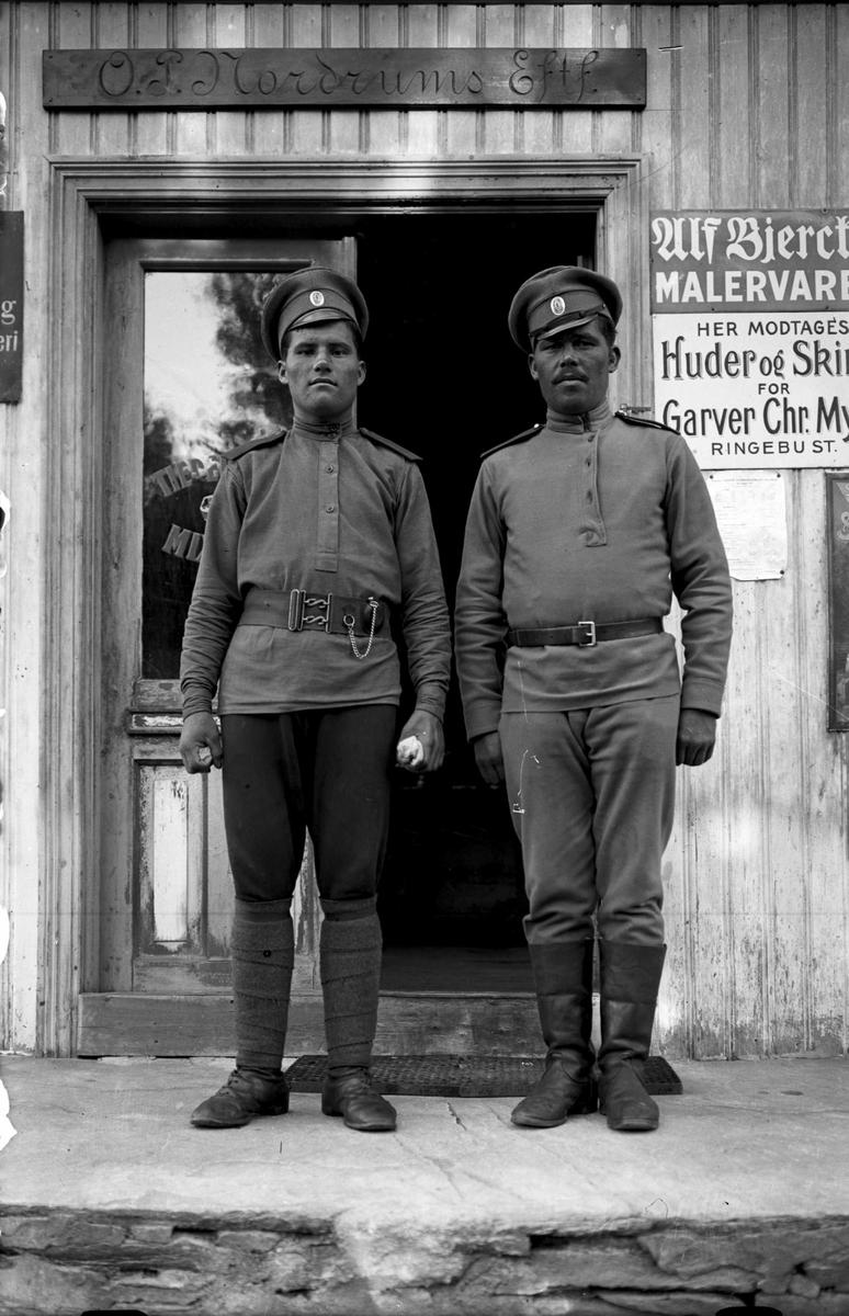 2 soldater, (russiske krigsfanger ant.), oppstilt utenfor O.P. Nordums EFTF.