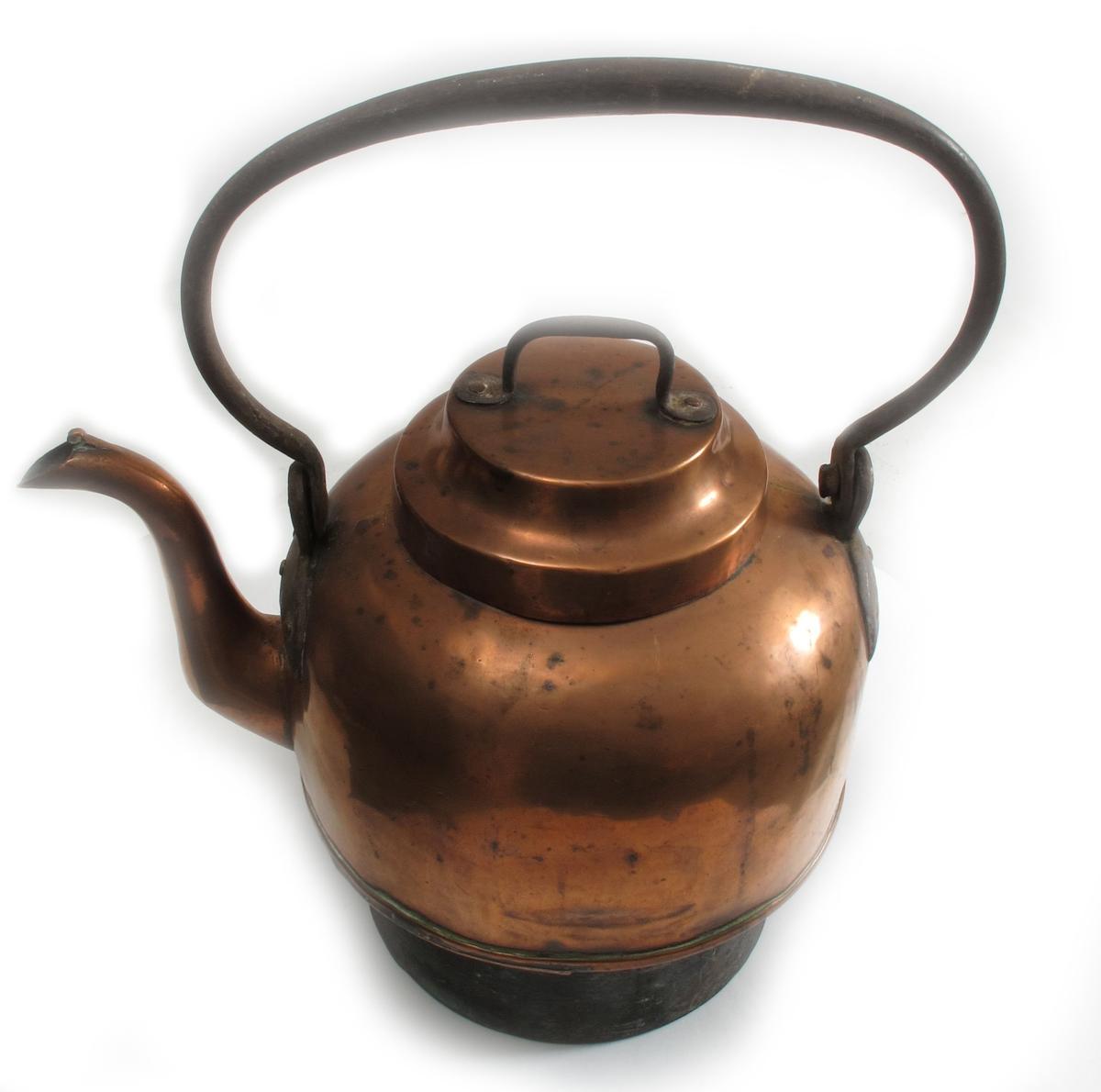 Kaffekjele   for komfyr,  2. halvdel 1800 tallet.  Kobber, jern  hank. Kjele med sylindrisk nedre del, over denne er  korpus bredere, rundet oventil, med rundet jernhank.  Lokk med flat topp og jernhank.