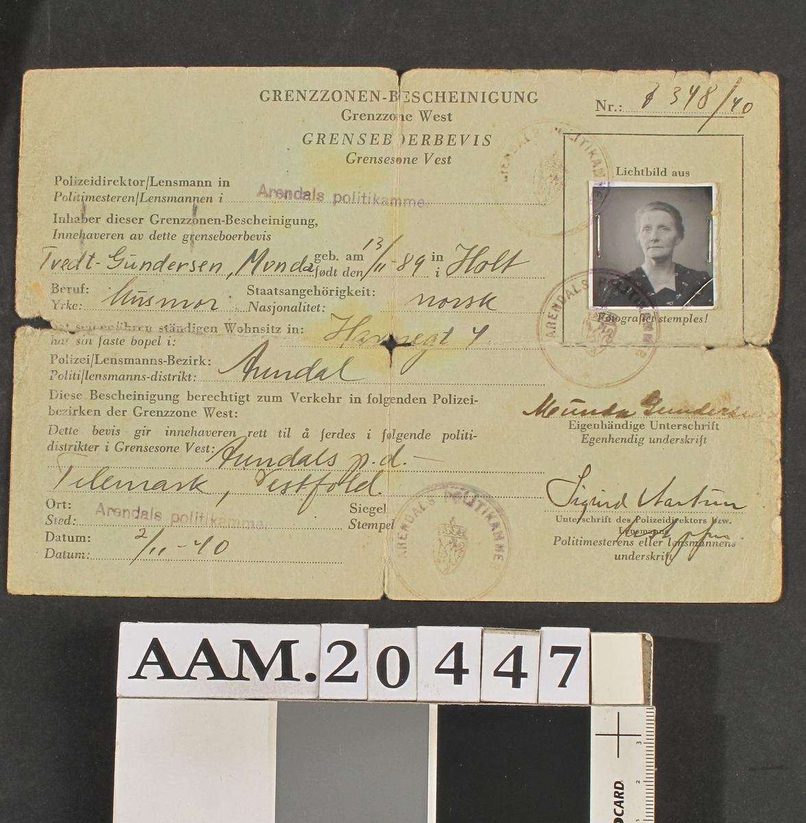 Dokument fortrykt på grønnfarget tynn kartong. A5 format, brettet til A6. Utfylt med blekk, med foto. utstedt 2/11 1940.  Tilstand: Slitt og fillet.