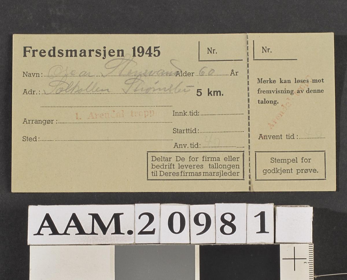 Deltakerkort fra Fredsmarsjen 1945 .  Lys blågrønt kort   8,1x16,5   perforert i den ene side Påskr. med blyant:   Oscar Stensvand 60 år, Solkollen Strømsbu, arr. l. Arendal tropp. 5