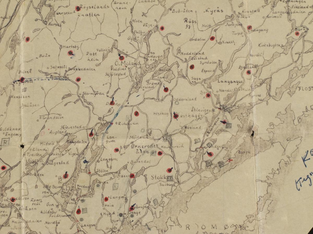 Kartet er håndtegnet på transperent papir over et trykt kart og deretter mangfoldiggjort som en arkitekttegning. Påtegnet røde punkter, samt noen spesielle karttegn med blyant.  Form: Trapes-formet.