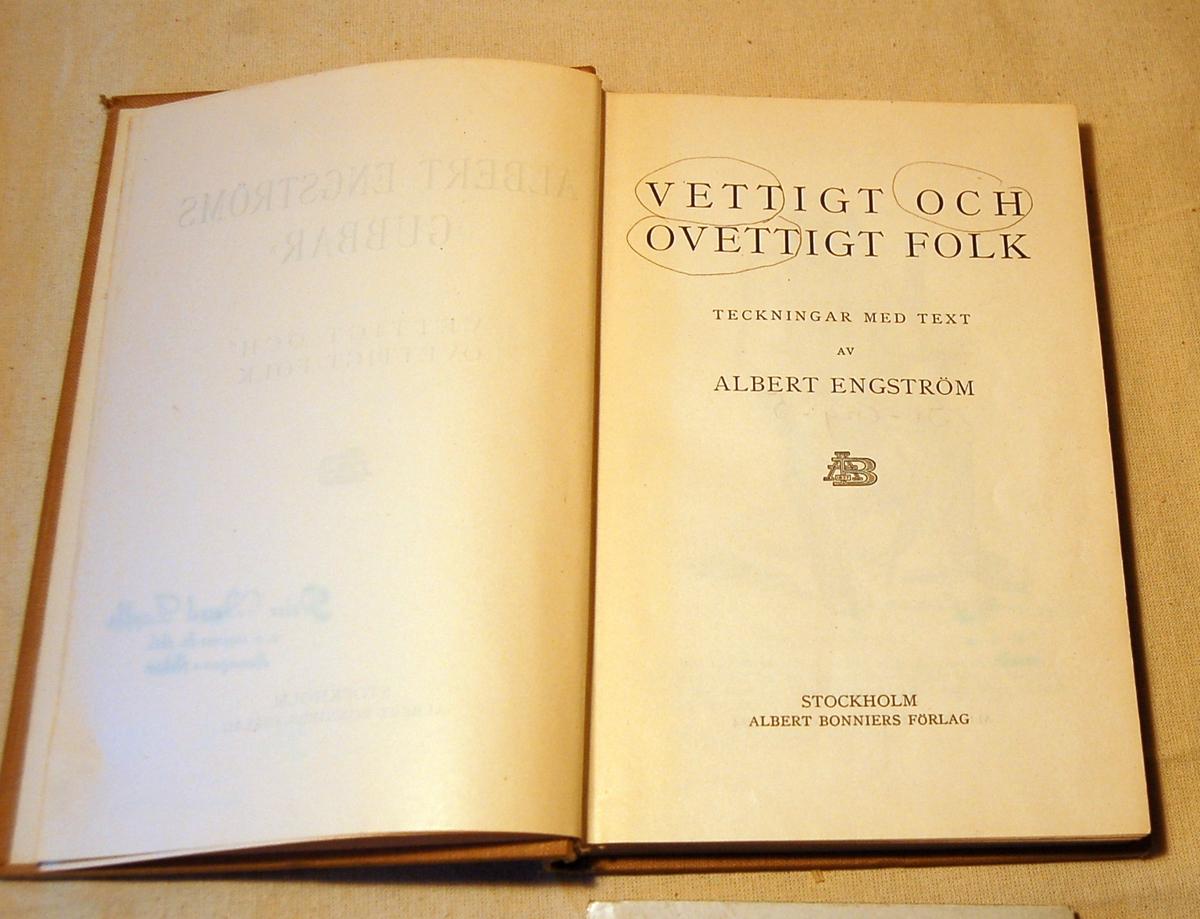På bokens forside tre gubbar