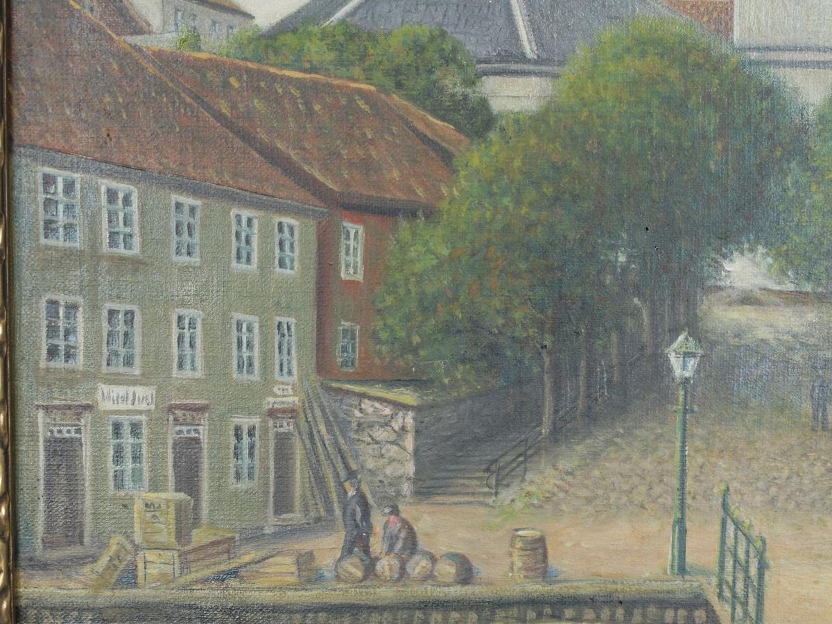 Kirkebakken med Arendals kirke nr. 2 (Groschkirken)  Kirken midt i bakgrunnen, lys grå med blått tak og forgylt kors, delvis skjult av lindealleen som fører opp til den, og av husrekken tv: et lysgrønt og et rødt hus. Til høyre et gult hus med et grått (norges bank) bak. I forgrunnen bro med et samtalende par. Lys blå himmel, lettskyet.