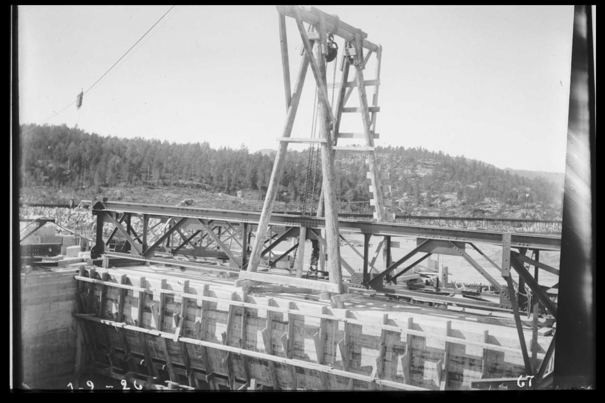 Arendal Fossekompani i begynnelsen av 1900-tallet CD merket 0470, Bilde: 77 Sted: Flaten Beskrivelse: Montasje av traverskran på dam