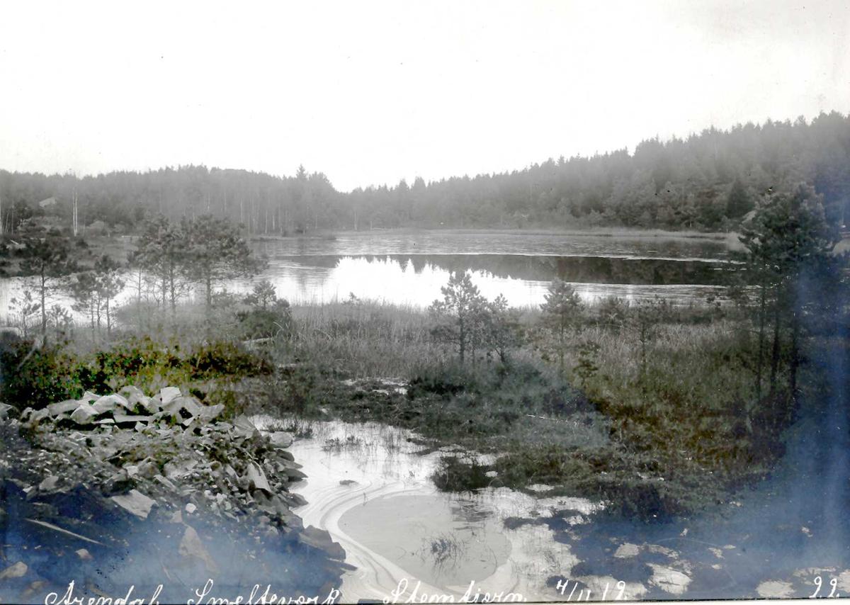 """""""04/11-1912"""" Eydehavn. Stemtjern sett fra Pumpehuset. Ulleråsen til høyre utenfor bildekant. Ulfsryggtjern bakenfor skogen."""