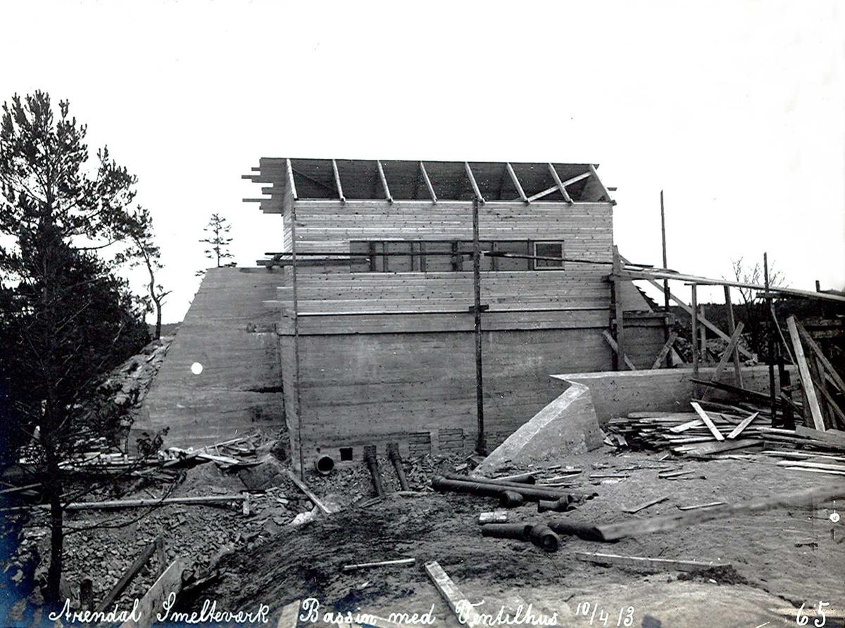 """""""10/04-1913"""" Smelteverket. Høydebasseng for trykkvann til bedriftene. Bygging av ventilhus."""