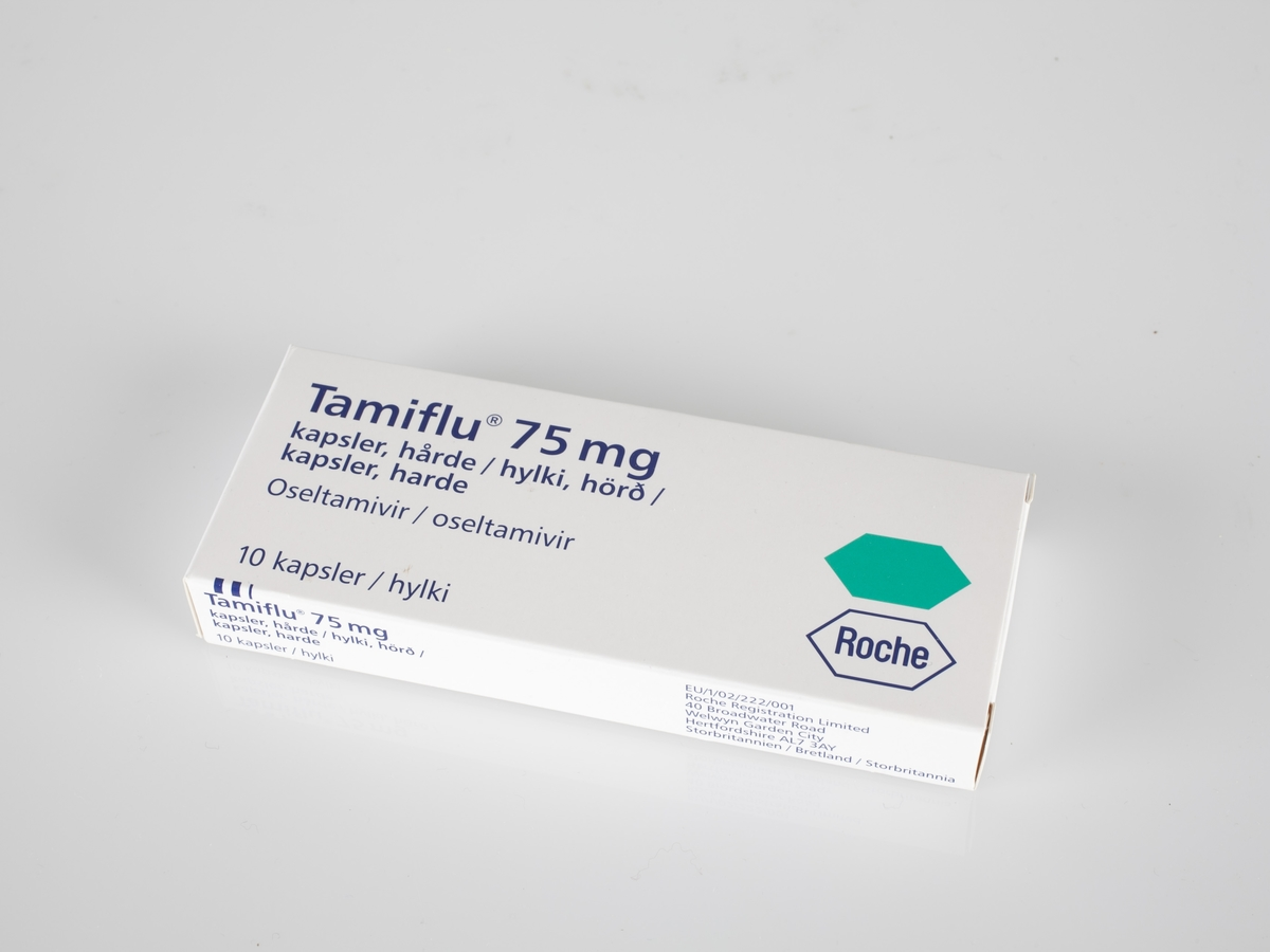 Esken er hvit med påtrykk. På eskens lokk finner man navnet på innholdet: Tamiflu. På eskens utvendige bunn finnes informasjon om innholdet. På eskens sider står det Tamiflu. Esken er foldet av et stykke utskåret papp som er foldet. Esken er uten innhold.  Gjenstanden er innsamlet i forbindelse med et Hot spot Samtidsprosjekt om Svineinfluensa 2009.