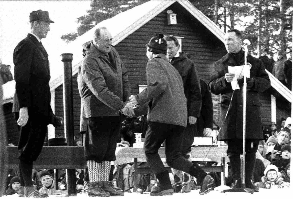 Bilder fra Birkenes kommune Premieoverrekkelse av kongen under NM på ski i 1963