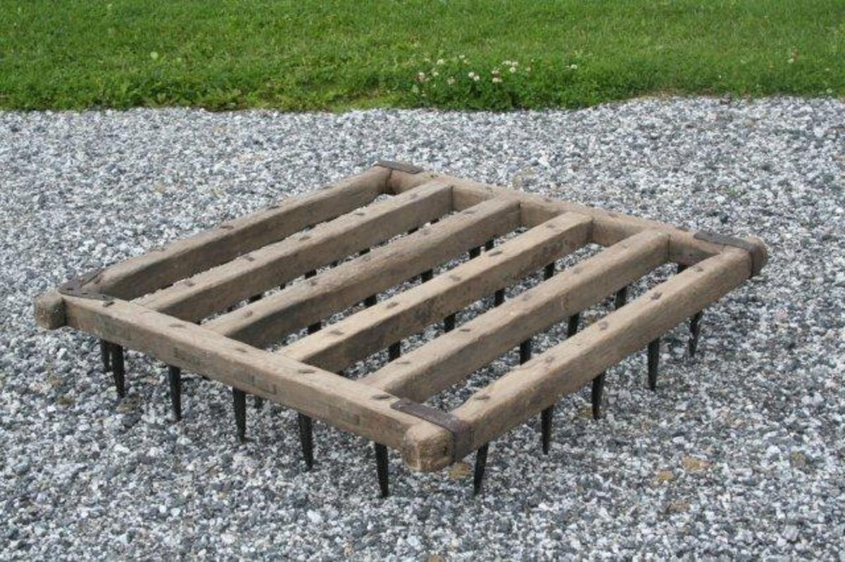 Seks brander med to sidebjelker. Brandene er tappet inn (gjennomgående tapping) i sidebjelkene. Jernbeslag (flattjern) i hjørnene. Vinkjelformet beslag i det ene hjørnet. I beslaget og treverket under er et hull der dråtten ble festet. 40 rette tinder av jern. Tindene er slått igjennom brander og sidebjelker. Den øvre enden er bøyd og slått ned i treverket.