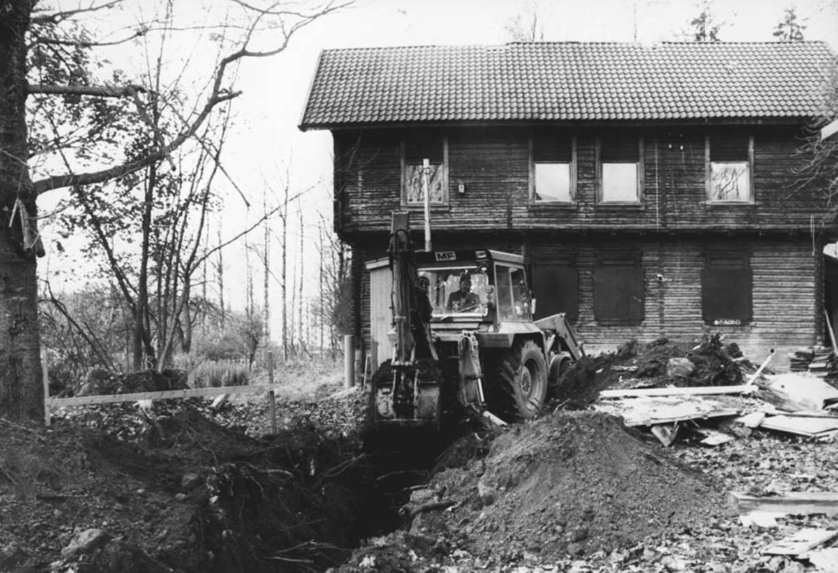 Fra restaureringen av Waldermarhøy. Graving av grøft for nye rør.