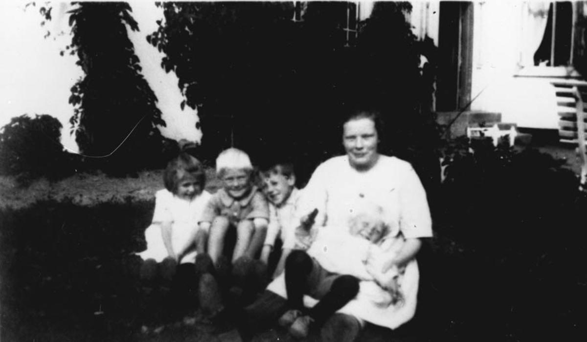 Hushjelp Ragna Nilsen og tre barn.