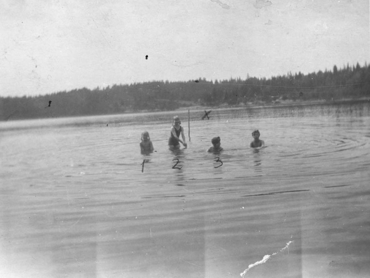 Badeliv i Årungen. Fire barn bader
