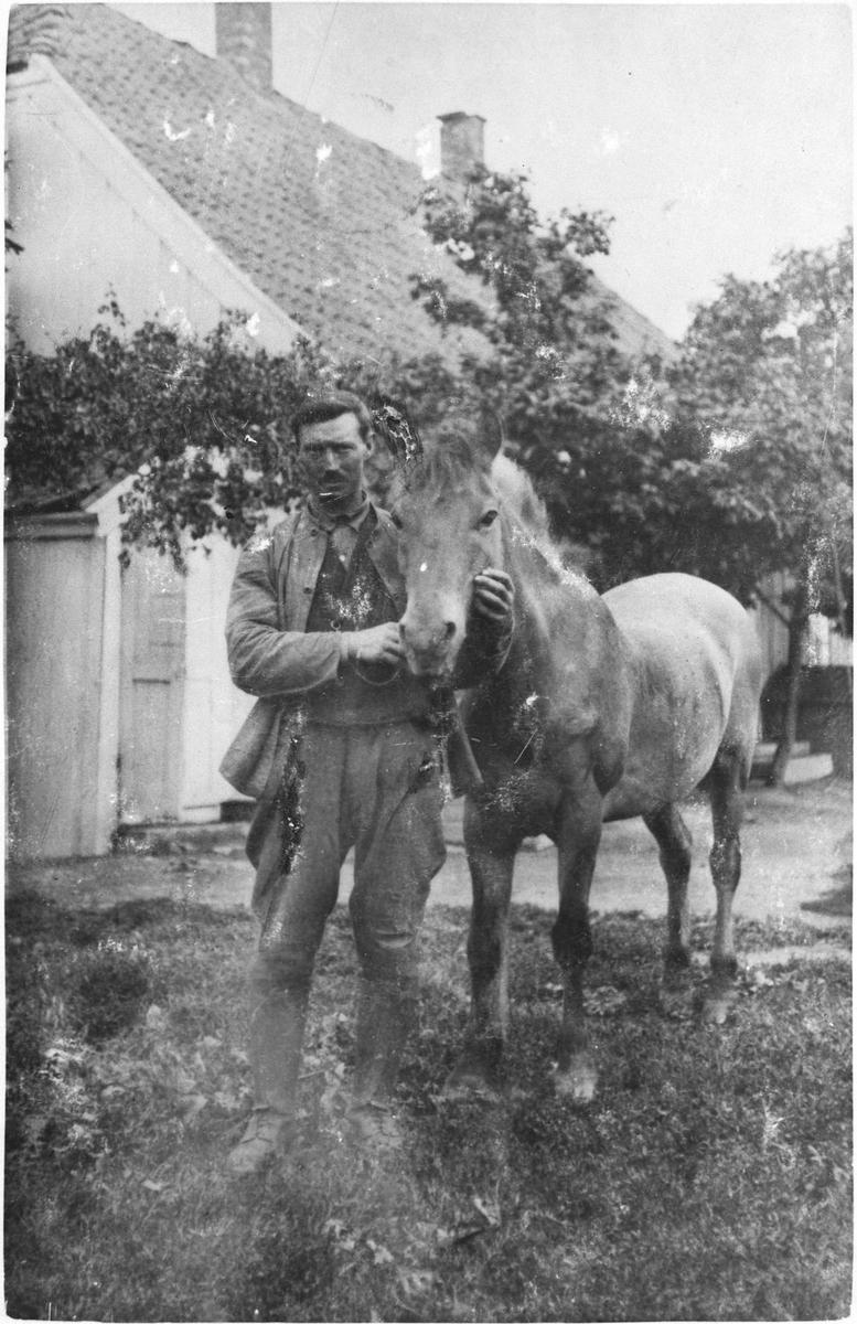 Slørstad med hesten sin.