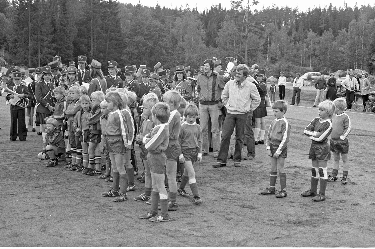 Sandbekkbanen - Åpning av banen i 1979,  Løvenstad skolekorps og mange unge fotballtalenter