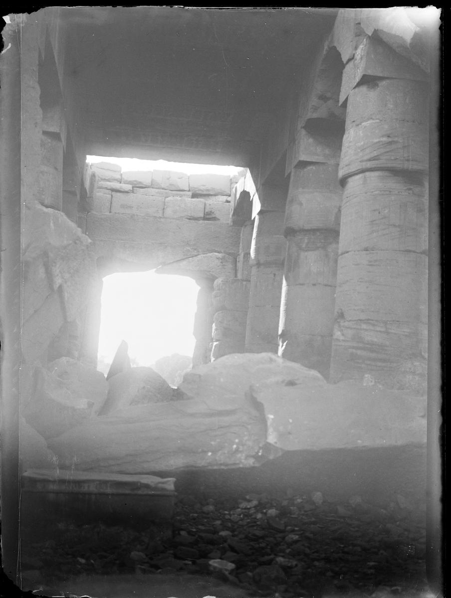 Bilde tatt inne i tempelruiner.
