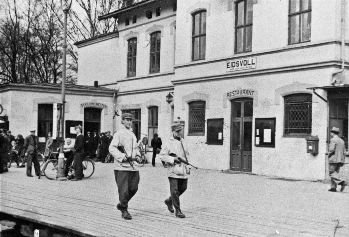 Milorg holder vakt ved Eidsvoll Stasjon 1945.