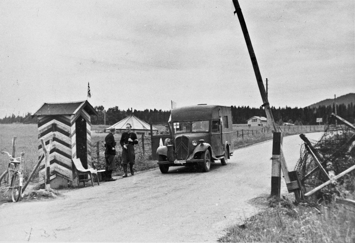 Vaktpost. Ved Minnebrua på vestsiden. Kanonstilling i bakgrunnen.