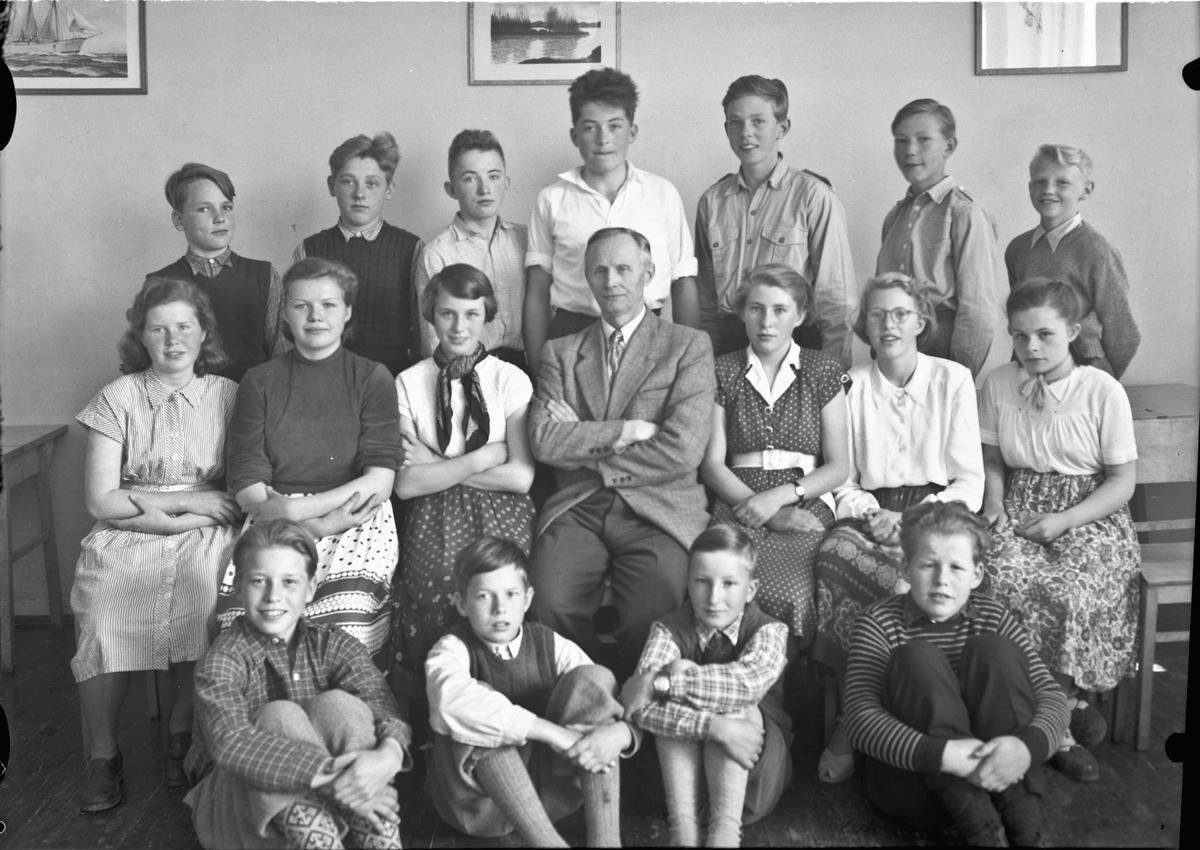 Skolebilde. På bildet er lærer Hauge. Han var på Stensby skole, kanskje også Råholt skole.