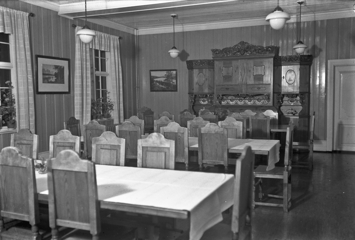 Interiør fra en kafe eller et forsamlingslokale.