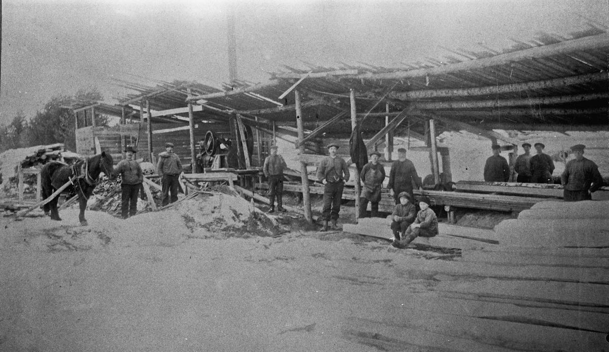 Sagbruk. Pålsesaga på Dal. 1910-20.  Navnet skriver seg fra at eieren hette Kristian Paulsen, og Paul ble på folkemunne uttalt Pål. Eieren står midt på bildet med skaftestøvler, mens de andre er ukjente.