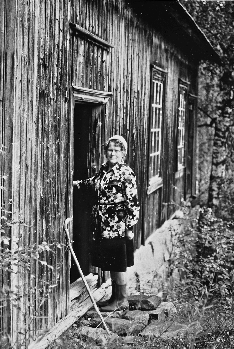 Knofsløkken, Gullverket. 1970-75. Helga Pleym som guide i det gamle laboratoriet fra gulldriften. Laboratoriet ble bygget i 1896. Driften ble sist nedlagt i 1907. Laboratoriet står nå slik som da det ble nedlagt i 1907.