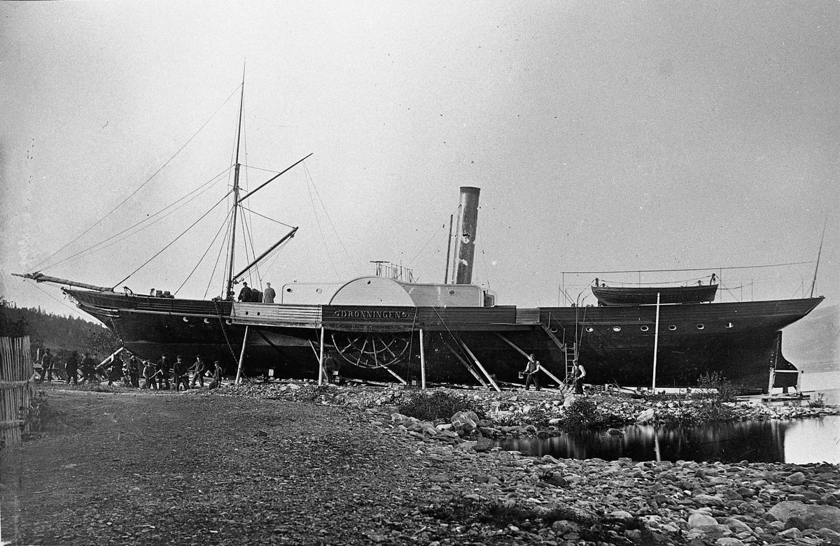 Dampskipet Dronningen. Var i trafikk mellom 1847 og 1888. Ble deretter bl.a. brukt til å lagre kull.