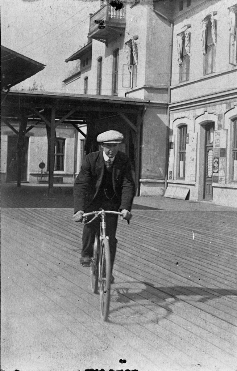 Syklist på Eidsvoll stasjon.
