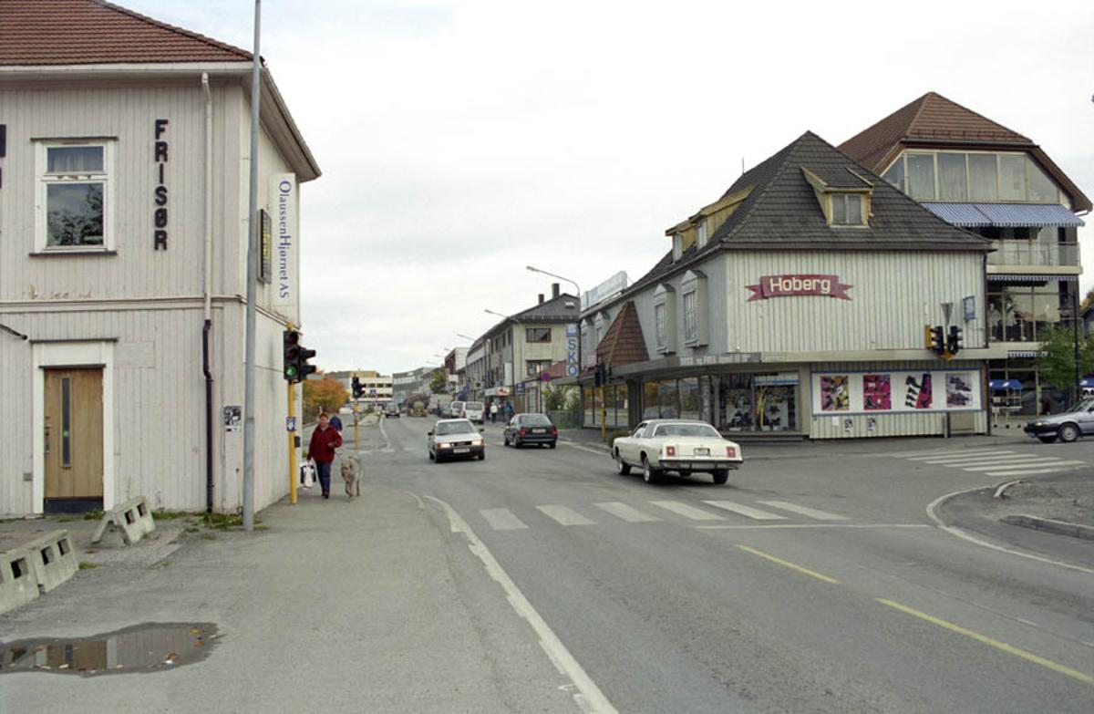 Strømmen. Kryss mellom strømsveien og Stasjonsveien. Hobert til høyre i bildet, Hair frisør til venstre i bildet. Biler i gaten
