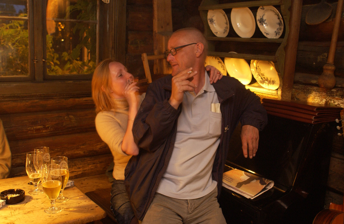 Siste minutt før røykeloven trer i kraft. Mann  og kvinne som tar sin siste sigarett innendørs. Det Gamle Bageri Ost & Vinstue.