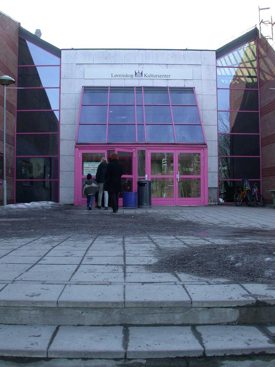 Triaden inngangparti til kino Fotovinkel: V