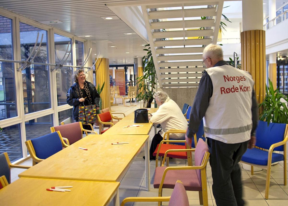 Svineinfluensa. Vaksinasjon mot svineinfluensa på Skedsmo Rådhus den 20.11.09. Foajeen  på Skedsmo Rådhus. Ved dette bordet utfylles vaksinasjonspapirer før man går inn i vaksinasjonsområdet. En frivillig fra Røde Kors hjelper ved spørsmål.