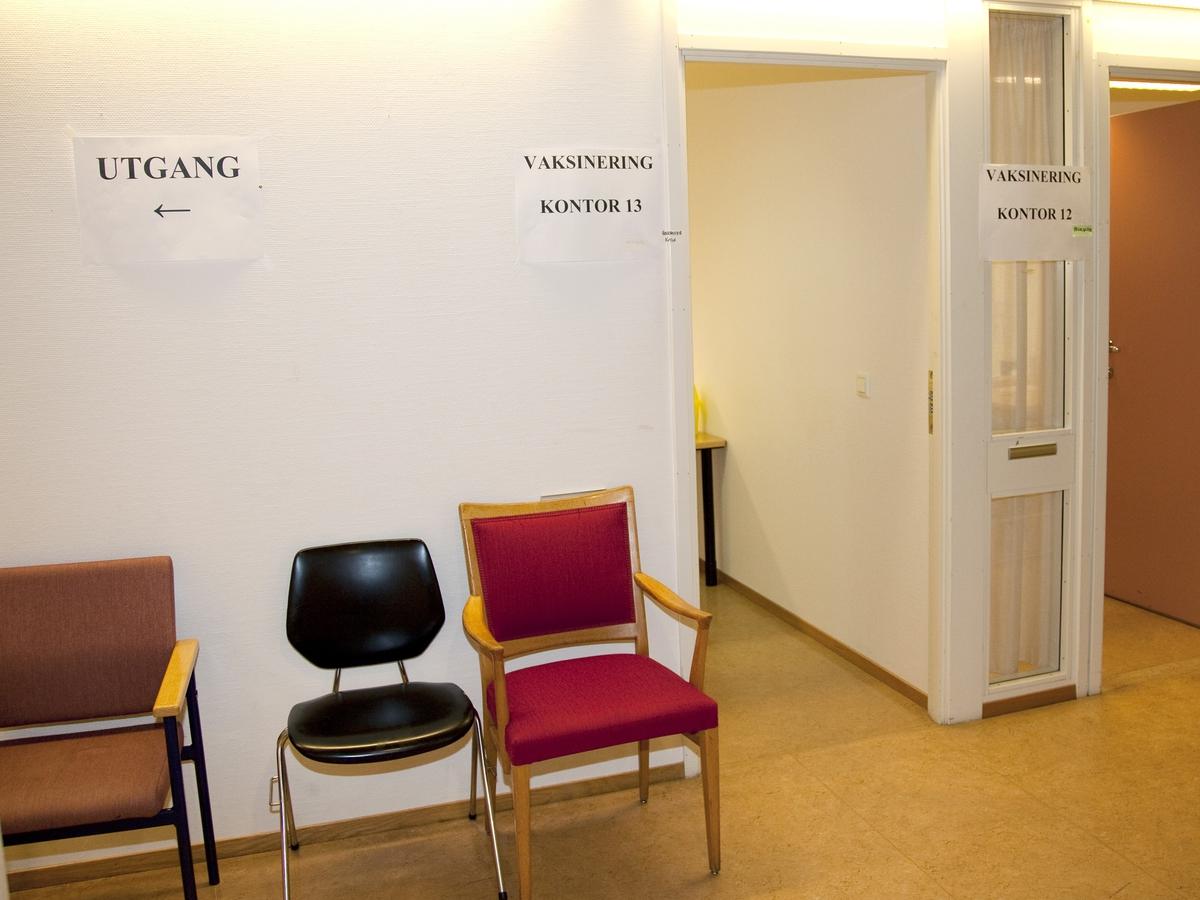 Svineinfluensa. Vaksinasjon mot svineinfluensa på Skedsmo Rådhus den 20.11.09. Vaksinasjonsområde.  Alle ble anbefalt å sette seg i vaksinasjonsområdets hvilerom etter vaksineringen.