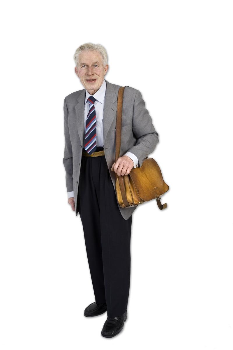 Vesker. Intervjuperson - eldre ektepar - mann med sin yndlingsveske. Studiobilde i forbindelse samtidsdokumentasjonsprosjekt - Veskeprosjektet 2006.